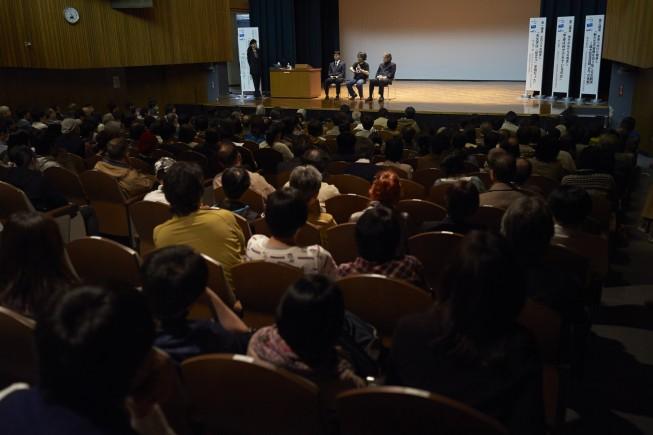 3人の講師への質問。会場は満席となり、多くの質問が出されました。
