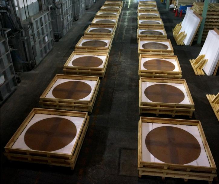 図4 2014年3月に製造された主鏡分割鏡材(18枚分)。これまでに60枚の鏡材が製造されました。