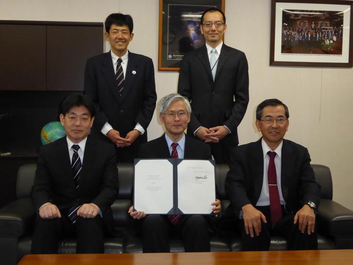 図1 自然科学研究機構長によるTMT協定書への署名(2014年4月28日)