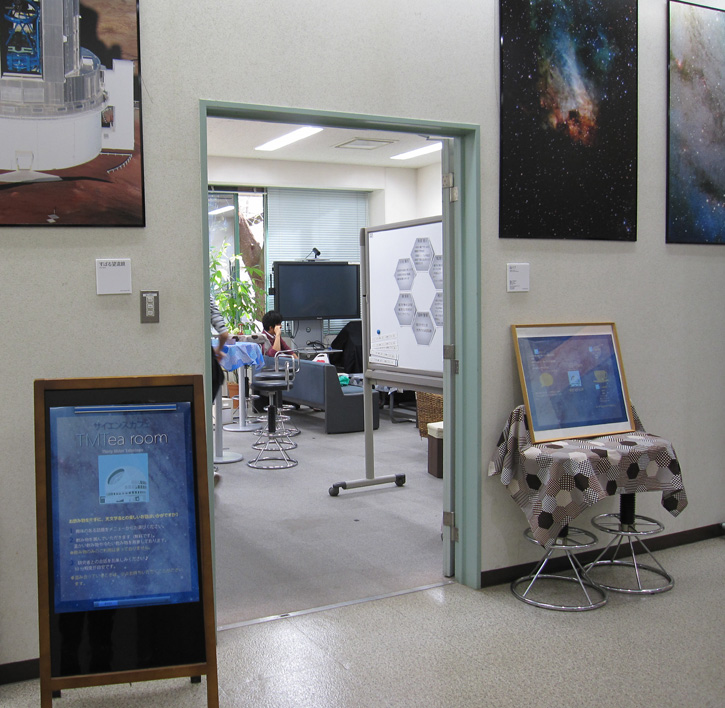 サイエンスカフェ「ティーエムティールーム」。TMTの分割鏡をイメージして六角形のアイテムにこだわりました。いくつ見つけられますか?