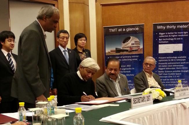 Harsh Vardhan インド科学技術省大臣や関係者の立ち会いの下、署名を行う K. VijayRaghavanインド科学技術庁長官