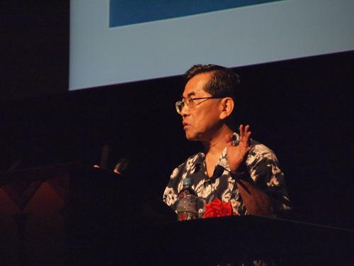 ハワイの正装のアロハを着て講演する家正則 ・国立天文台 名誉教授