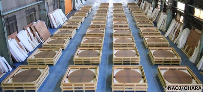 株式会社オハラ(神奈川県相模原市)で2014年度に製造されたTMT主鏡分割鏡材39枚。今年さらに製造が進み、累計で100枚を超えました。
