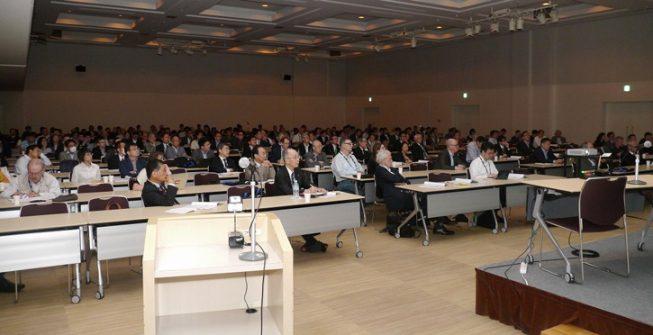 5月18日には、隣の会議センターで開催されていたOPIC2016(光とフォトニクスに関する国際会議)で、TMT推進室の家正則名誉教授が全体講演を行いました。国内外の学界産業界から約400名の光学研究者・光学技術者が参加する中、日本のすばる望遠鏡、その視力を10倍にした補償光学、すばるによる研究成果、さらに5カ国国際共同科学事業して建設を進めている「TMT計画」について英語で講演し、光学界の参加者から TMT計画に関連したさまざまな質問をいただきました。