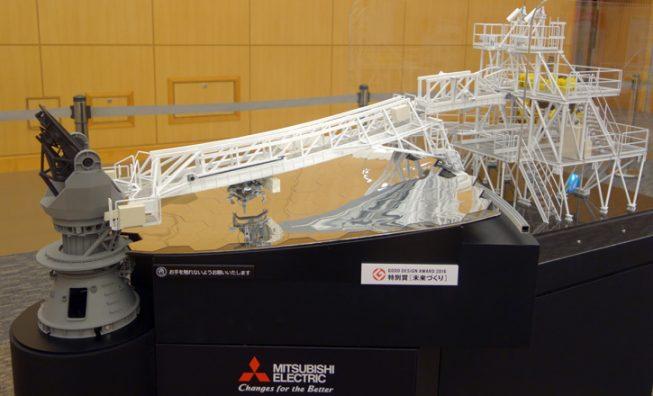 TMT分割鏡交換機構の1/20サイズ模型。主鏡は1/6部分のみが再現されています。