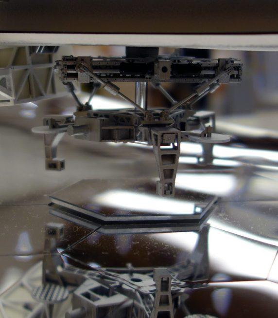 1/20模型の分割鏡交換ロボット部分。6本アームの駆動部やビジョンセンサーのチェッカーマークまで精巧に作られています。