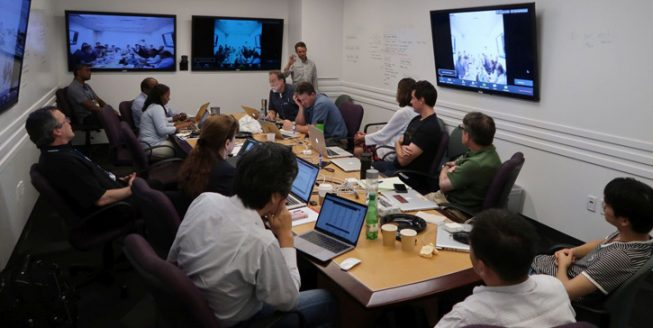 5月4日のWFOS開発チーム会議の様子。ホワイトボードを兼ねている白い壁に次期フェーズでの活動内容候補を列挙しながら議論しました。