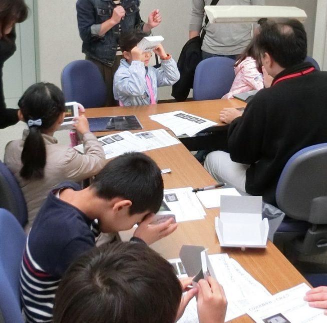「分光器を作っていろいろな光を見よう」では、はさみやカッターを使わずに簡易分光器が作れるように工夫して、大人から子どもまで楽しめる企画になりました。