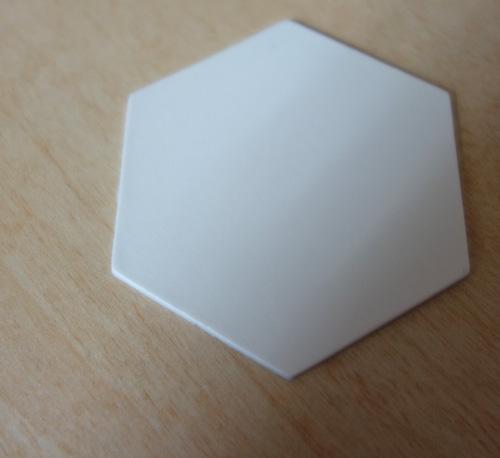 492枚の分割鏡カードを並べて、TMTの主鏡モデル(1/25スケール)を完成させます。このカード、厚みも大体1/25になっているので、分割鏡の薄さを手にとって実感できます。