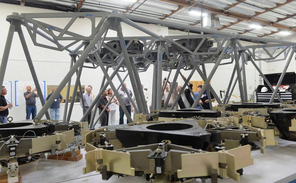 主鏡はまだクリアセラム製のガラスではなく、重量が同じの金属ですが、やがては実際の主鏡分割鏡を最大9枚までこのテストベッドに配置し、レーザートラッカーを用いた計測での位置調整や、エッジセンサーでの隣の分割鏡との位相合わせを行う手順、主鏡分割鏡交換作業方法の検証など様々な試験・検証が行われる予定です。