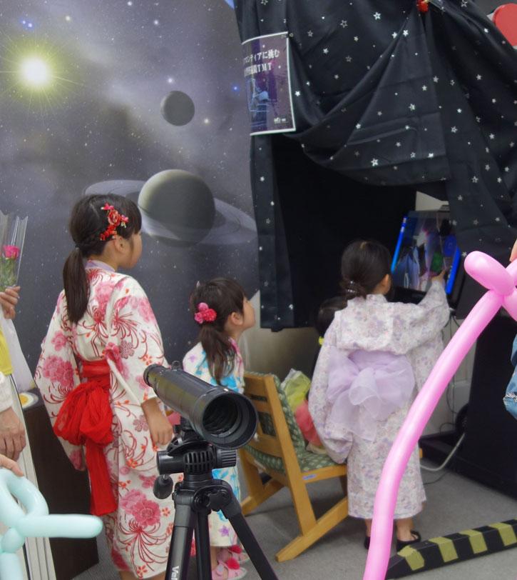 TMTの全天周動画がミニドームの中でみられる「パノビューアー」も人気でした。
